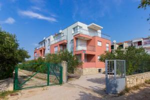 Apartments Miki & Roza