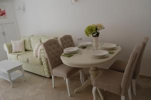 Sanisidro Flores Garden Apartment