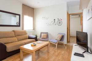 Modern and Sunny Fira 2-Bedroom Apartment