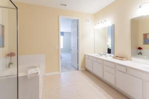 Shoreway Two-Bedroom Apartment 227, Apartmány  Orlando - big - 39