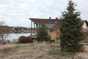Зарядный дом на берегу