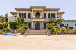 Palatial villa with private beach on Palm Jumeirah - Dubai