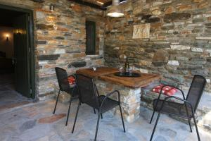 K Homes-Eva's Family Stone House, Case vacanze  Tinos Town - big - 11