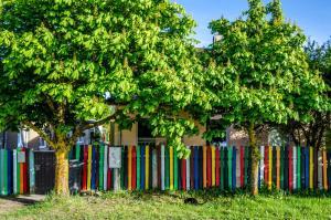 obrázek - Colourfull fence apartment