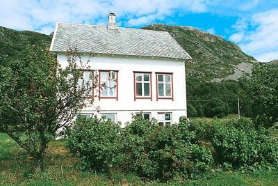 Four-Bedroom Holiday home in Midsund