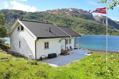 Four-Bedroom Holiday home in Øksfjord