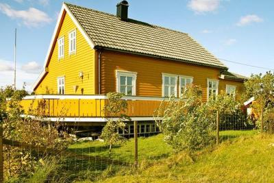 Three-Bedroom Holiday home in Florø 1