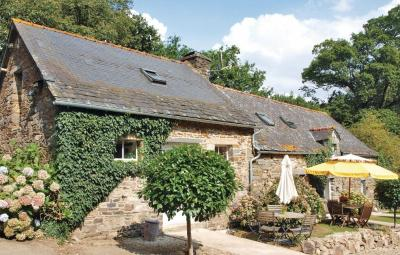 Holiday home Plélauff with a Fireplace 344