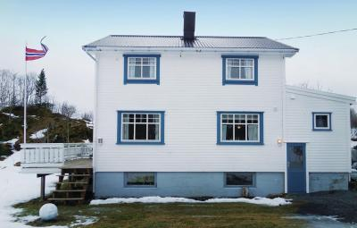 Four-Bedroom Holiday home Straumsjøen with Sea View 01