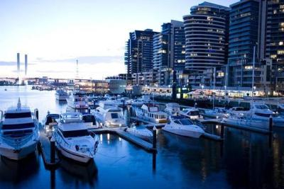 Melbourne City Apartments- Docklands Cosmopolitan Escape