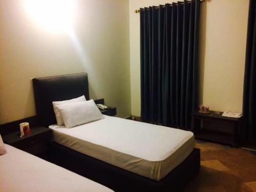 Deluxe Single Room - Bed Safari Hotel High Court