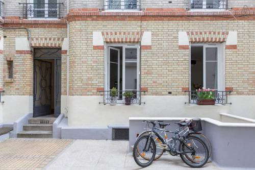 Recently renovated flat. 10 min to central Paris.