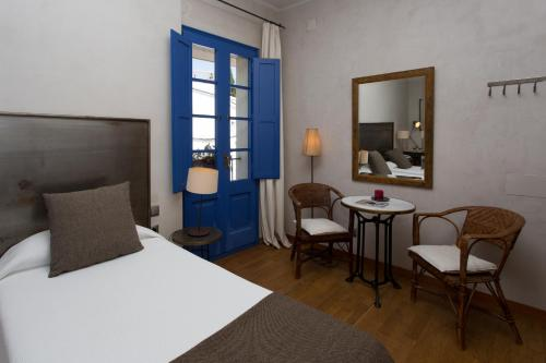 Double or Twin Room - single occupancy Hostal de la Plaça 13