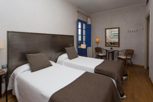 Double or Twin Room - single occupancy Hostal de la Plaça 12
