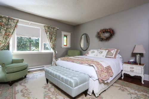 Two-Bedroom Queen Suite with Lake View
