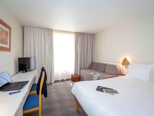 Standard Room with 1 Double Bed and 2 Single Beds