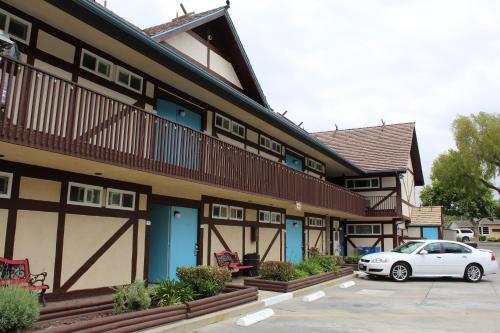 hotel king frederik inn solvang california usa online. Black Bedroom Furniture Sets. Home Design Ideas