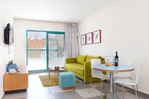 Suite mit 1 Schlafzimmer, Balkon und Poolblick (2 Erwachsene + 2 Kinder) (One-Bedroom Suite with Balcony and Pool View (2 Adults + 2 Children))
