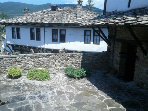 Raymonda's House, Dolen