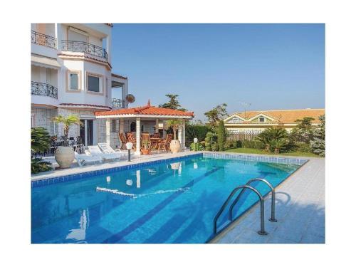 Two-Bedroom Apartment in Saronida