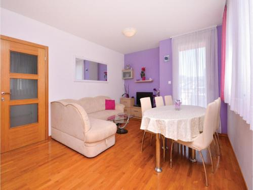 Two-Bedroom Apartment Split 09