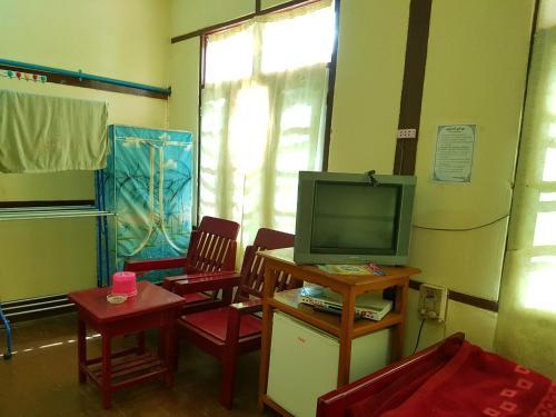 Taw Win Nan Guest House - Burmese Only, Katha