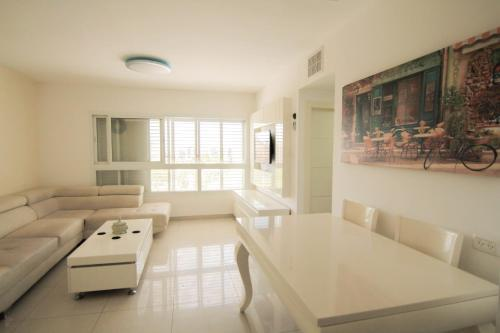 Beautiful 4 bedroom duplex apt