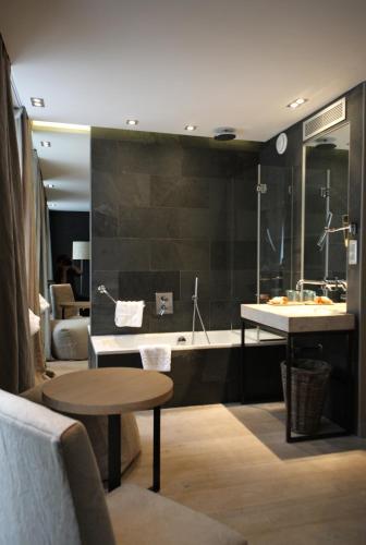 Hidden hotel h tel 28 rue de l 39 arc de triomphe 75017 for Hotels 75017