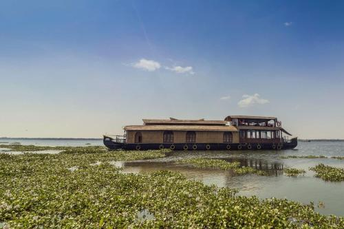 Houseboat with a rustic touch in Kottayam, by GuestHouser 32674