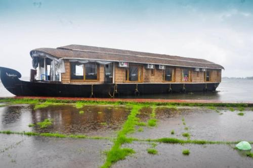 4-BR houseboat in Alappuzha, by GuestHouser 26528, Alleppey