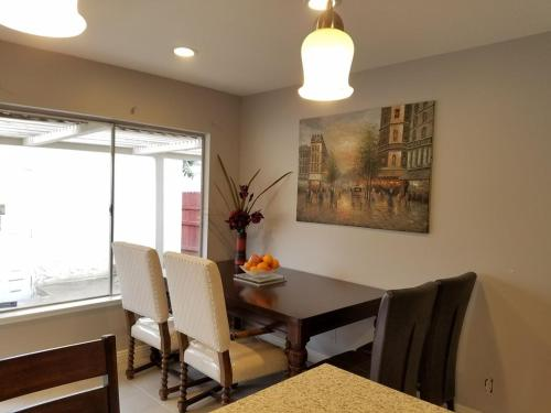 Newly Remodeled 3 Miles to Disneyland Cozy Townhouse