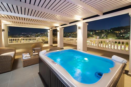 Suite with Outdoor Jacuzzi and Panoramic Sea View