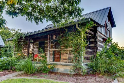 Aunt violet s larkspur cabin fredericksburg texas hill for Cabin rentals fredericksburg tx