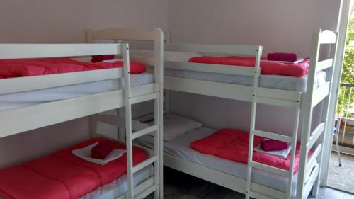Vuode 6 vuoteen yhteismakuusalissa - Oma parveke (Bed in 6-Bed Mixed Dormitory Room with Balcony)