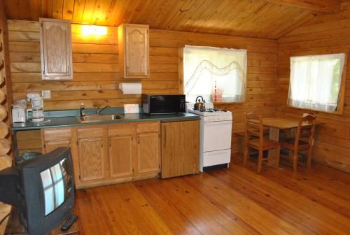Robin Hill Camping Resort One-Bedroom Cottage 8