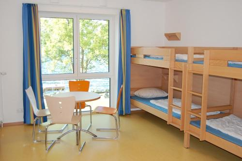 Seng i 4-sengs sovesal for kvinder (Bed in 4-Bed Male Dormitory Room)