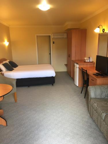 Hopkins House Motel & Apartments