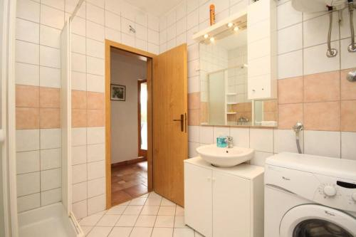 Apartment Sveti Jakov 8011a