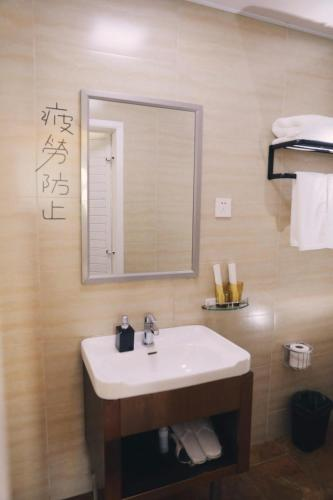 标准双人床房-带阳台 (Standard Double Room with Balcony)
