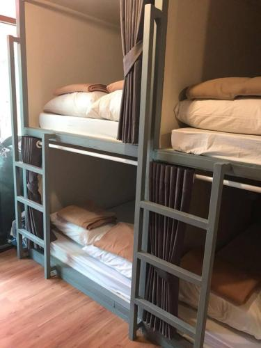 Ranjang Susun di Asrama – Campur (Bunk Bed in Mixed Dormitory Room)