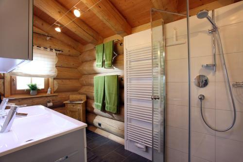 Kanadisches blockhaus modern  Blockhaus Chalet Heim, Kirchberg In Tirol, Austria Overview ...