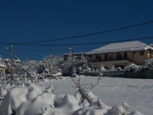Enoikiazomena Petropoulos, Áno Lousoí