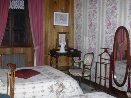 chambres d 39 h tes la jacquerolle chambre d 39 h tes rue march dial 43160 la chaise dieu adresse. Black Bedroom Furniture Sets. Home Design Ideas