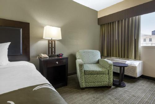 Deluxe Queen Room with Roll-in Shower - Disability Access