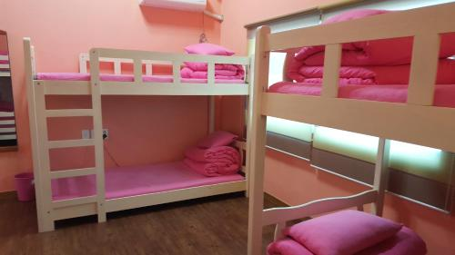 Seng i 6-sengs sovesal for kvinder (Bed in 6-Bed Female Dormitory Room)