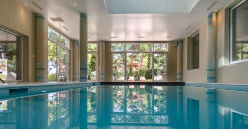 Mansion with indoor pool in Voutsas, 1300m², Mati