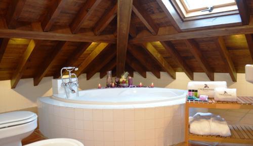 Suite Junior con bañera de hidromasaje Casona del Nansa 4