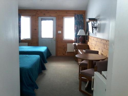 Queen Room with Pool and Lake View - Pet Friendly