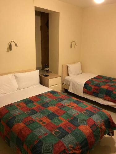 Triple amb Bany Privat al Soterrani (Triple En Suite in Basement)