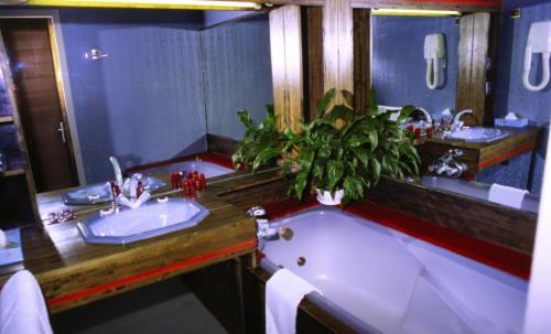 Hotel la maison blanche h tel 1796 avenue de la for Restaurant la maison blanche montpellier